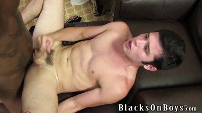 Чернокожий гей качок задаёт жару своим большим членом смазливому белому парню
