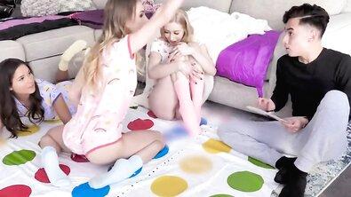 Брат заморыш трахнул сестру и ее горячих подружек после игры в твистер