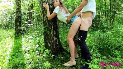 Безбашенная русская давалка трахнулась на природе, обнимая дерево