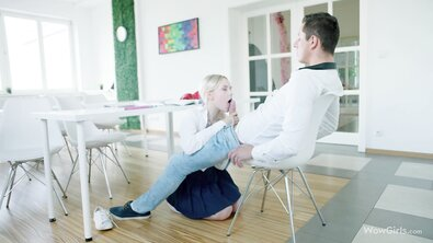 Русская блондинка отсосала член на коленях и трахнулась на винтажном красном диване