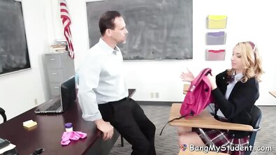 Двоечница трахнулась с преподом, чтобы избежать проблем по учебе
