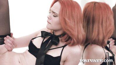 Рыжая красотка с черным бантом на шее оттрахана в маленькую попку перед зеркалом