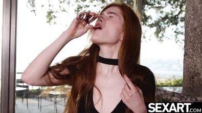 Рыжая телка получает множественный оргазм от дилдо с присоской на стекле