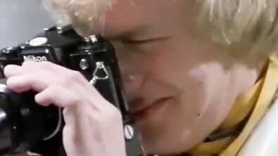 Немецкие бабы с натуральными сиськами делят член фотографа в формате ЖМЖ