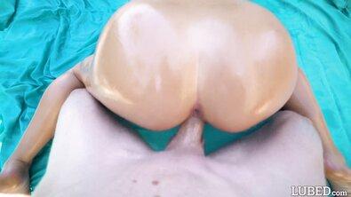 Стройную блонду с пирсингом сосков круто выебали в масле у бассейна