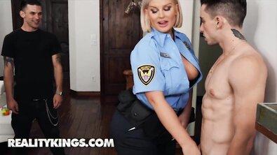 Загорелая светловолосая толстушка из полиции поебалась с молоденьким пацаном