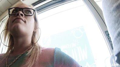 Жопастую блондинку в очках жестко выебал в масле лысый незнакомец