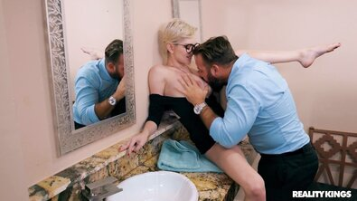 Грудастую блондинку в очках брутально оттрахали в общественном туалете