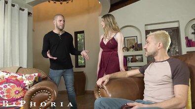 Сисястая блондинка замутила бисексуальный МЖМ для разнообразия