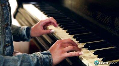 Молодую хрупкую русскую студентку учитель музыки натянул на свой большой белый член