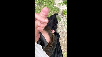 Жопастая француженка с завязанными глазами давится громадным членом и скачет на нем на природе