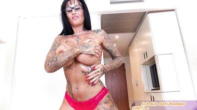 Ебливая татуированная немецкая зрелка с огромными дойками ласкает член босса