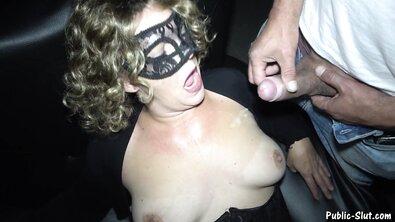 Кудрявую мамку выебали толпой и накончали внутрь ее жухлой пизды