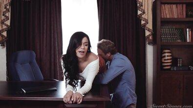 Женатик ебется с красивой грудастой любовницей на роскошной кровати