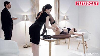 Богатая фетишистка приказала дворецкому трахнуть привязанную к столу сисястую горничную