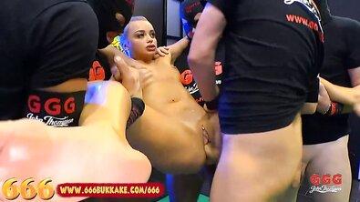 Ебари мочатся в рот и пизду Daphne Klyde, грубо ебут и кончают в щель