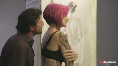 4 ебаря жарят татуированную сисястую неформалку с розовыми волосами