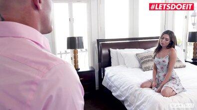 Три красивые брюнетки жестко оттрахали лысого мужика в постели и снимают сторис