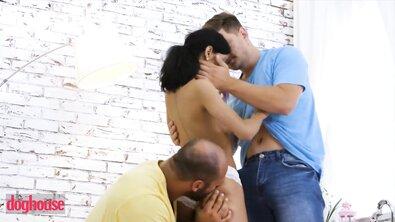 Два мужика грубо отымели худую брюнетку двойным проникновением огромных пенисов