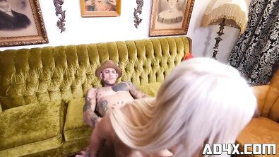Татуированный пижон трахает грудастую блондинку и показывает ей красный винтажный телефон