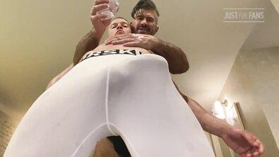 Бывалый гей поливает маслом молодого накачанного гея, делает анилингус и ебет в жопу