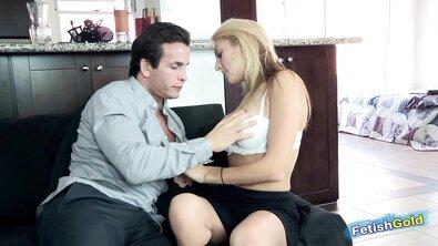 Симпатичная блондинка с красивой грудью отдалась хуястому отчиму