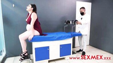 Наглый доктор выебал жопастую беременную мамку во время приема