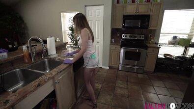 От первого лица: пацан вставил свой громадный хуй стройной сводной сестре прямо на кухне