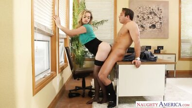 Жопастая светловолосая секретарша поебалась с боссом прямо в офисе