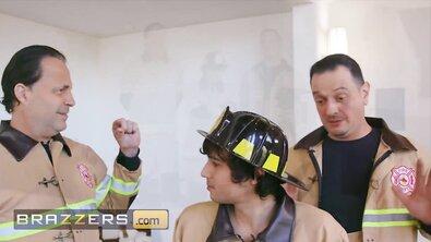 Красивая мамка с огромными дойками была жестко выебана молодым пожарником