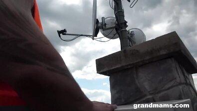 Голодные сисястые мамки делят член брутального ремонтника на свежем воздухе