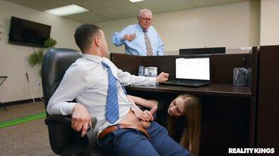 Тощую шлюху с маленькими титьками жестко проебали в очко огромным хуем прямо в офисе
