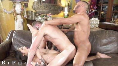 Стройная телка в тату делит член нигера со своим дырявым мужем