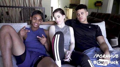 Сисястую белокожую девку пара бисексуалов пригласила на МЖМ