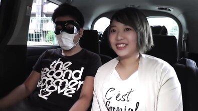 Молодая симпатичная китаянка обожает вкус спермы во рту