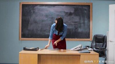 Темноволосая студентка желает повысить оценку по предмету за горловой минет пожилому учителю