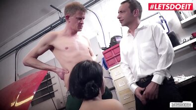 Автомеханики грубо ебут продажную милфу в нижнем белье