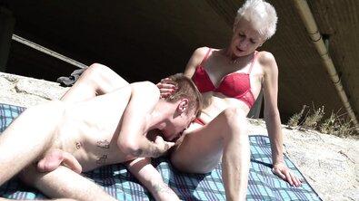 Подборка с молодыми тойбоями, которые ебут пожилых богатых леди