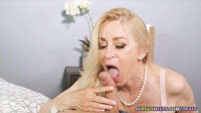 Оттрахал большую жопу пожилой сисястой блондинки в чулках