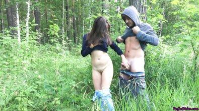 Русская сучка отсосала хуй и трахнулась на природе, разрешив кончить ей в руки