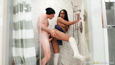 Телохранитель трахает чернокожую девку, не видя, что она тайком сосет хуй лысого парня