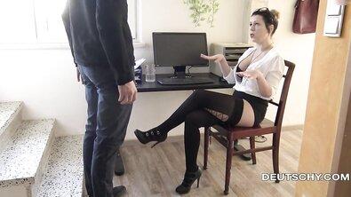 Грудастая немецкая мамка страстно поебалась с боссом прямо в офисе