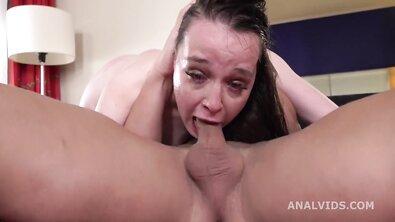Жопастую русскую девку грубо выебали в горло и устроили ей жесткий анал