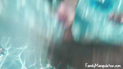 Огромный член трахает одну сестру дома, а вторую ебет у бассейна