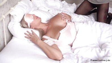 Блондинка с завязанными глазами наминает свои огромные натуральные дойки в кровати