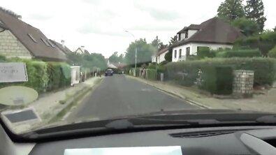 Стройной француженке накидали на клык в машине и потом выебали на природе