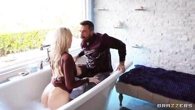 Любовник мастурбирует киску чужой жене в одежде в наполненной ванне и трахает ее пизду