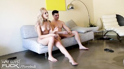 Миниатюрная блондинка трахает атлета с большим хуем на диване и сосет хуй в позе 69