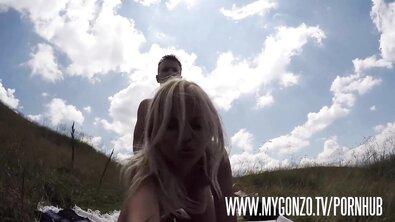 Тревел блогеры ебутся на природе в путешествии и снимают эротические селфи