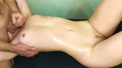 Сел на лицо стройной телки после массажа, чтобы лизала его анус